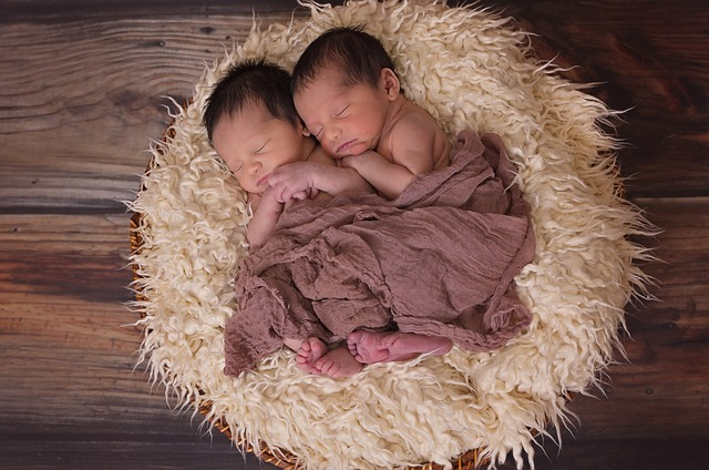2 Babys als Symbol für Arbeit mit dem inneren Kind